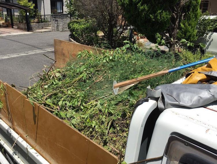 トラックいっぱい草